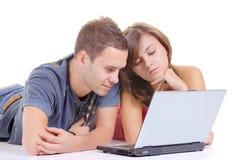 Dos personas que trabajan en una computadora portátil Imagen de archivo
