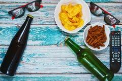 Dos personas se dirigen concepto del partido de la cerveza Imagen de archivo libre de regalías