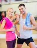 Dos personas sonrientes en el gimnasio Imagenes de archivo