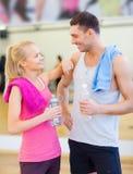 Dos personas sonrientes en el gimnasio Foto de archivo