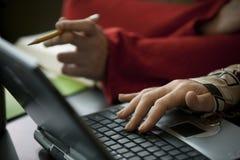 Dos personas y una computadora portátil Foto de archivo libre de regalías