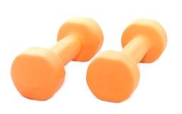 Dos pesas de gimnasia anaranjadas aisladas en el fondo blanco imagen de archivo libre de regalías
