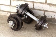 Dos pesas de gimnasia que se colocan en piso concreto Fotografía de archivo