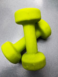 Dos pesas de gimnasia verdes aisladas en el fondo blanco Fotos de archivo