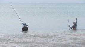 Dos pescadores con las partes posteriores fotografía de archivo