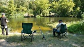 Dos pescadores en el riverbank almacen de metraje de vídeo