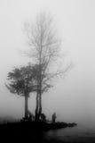 Dos pescadores en la niebla fotografía de archivo