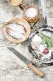 Dos pescados de las cucarachas en cuenco de cerámica con la sal. Foto de archivo