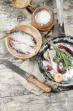 Dos pescados de las cucarachas en cuenco de cerámica con la sal. Fotografía de archivo libre de regalías