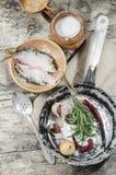 Dos pescados de las cucarachas en cuenco de cerámica con la sal. Imagen de archivo libre de regalías