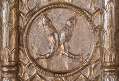 Dos pescados en superficie de plata acuñada Imagen de archivo
