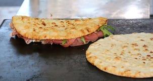 Dos piadines sabrosos rellenos con el jamón y el queso en la placa caliente Foto de archivo