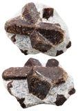 Dos piedras minerales de la estaurolita aisladas en blanco Fotografía de archivo