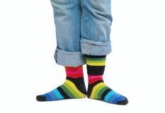 Dos pies en calcetines multicolores Imagen de archivo