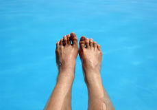 Dos pies en una piscina imagen de archivo