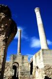 Dos pilares de mármol y cielo azul en Cartago, Túnez Imagen de archivo