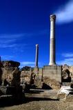 Dos pilares de mármol y cielo azul en Cartago, Túnez Foto de archivo
