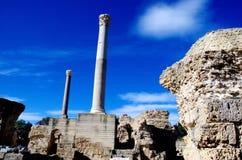 Dos pilares de mármol y cielo azul en Cartago, Túnez Imagen de archivo libre de regalías