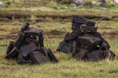Dos pilas cortas de turba negra en Escocia del norte foto de archivo