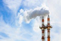 Dos pilas de humo billowing humo en la atmósfera fotos de archivo libres de regalías