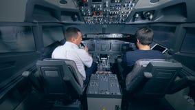 Dos pilotos se sientan en la carlinga almacen de metraje de vídeo
