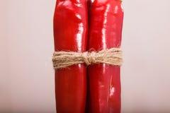 Dos pimientas brillantes pimienta Fotos de archivo libres de regalías