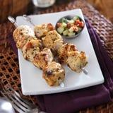 Dos pinchos asados a la parrilla del pollo con la ensalada del pepino Fotografía de archivo