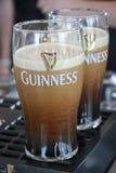 Dos pintas de cerveza sirvieron en la cervecería de Guinness Imagen de archivo libre de regalías