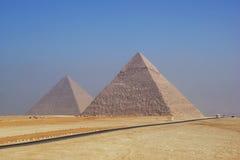 Dos pirámides de Giza en la mañana brumosa Imagen de archivo libre de regalías