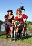 Dos piratas de sexo femenino hermosos Foto de archivo libre de regalías