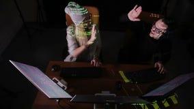 Dos piratas informáticos en los ordenadores almacen de metraje de vídeo