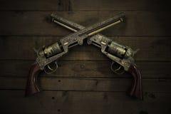 Dos pistolas del vintage en fondo de madera Foto de archivo