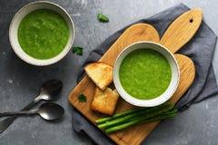 Dos placas de sopa del espárrago, de vegetariano y de comida poner crema verdes hechos en casa del vegano Visi?n superior fotos de archivo libres de regalías