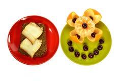 Dos placas intercalan el pan con las cerezas de la manteca de cerdo y de la mandarina Foto de archivo