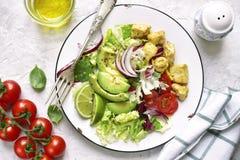 Dos porciones de ensalada vegetal con el pollo Visión superior Imagenes de archivo