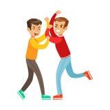 Dos posiciones de la lucha del puño de los muchachos, matón agresivo en el top rojo de la manga larga que lucha a otro niño Imágenes de archivo libres de regalías