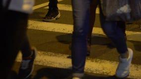 Dos povos asiáticos das multidões do movimento lento estrada transversaa de passeio na rua aglomerada Taipei video estoque