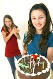 Dos preadolescentes con la torta de cumpleaños Fotografía de archivo