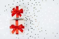 Dos presentes con el arco rojo Fotografía de archivo libre de regalías
