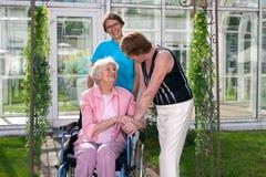 Dos profesionales de la atención sanitaria para el paciente de la edad avanzada Fotos de archivo