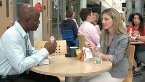 Dos profesores particulares de la universidad que comen el almuerzo junto metrajes