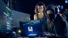 Dos programadores están riendo durante cortar proceso almacen de metraje de vídeo