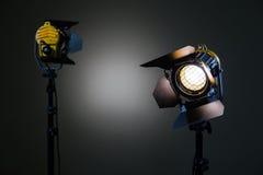 Dos proyectores del halógeno con las lentes de Fresnel Tiroteo en el estudio o en el interior TV, películas, fotos Foto de archivo