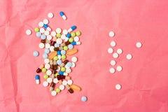 Dos puñados de drogas, de tabletas y de cápsulas dispersadas fotografía de archivo