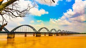 Dos puentes ferroviarios paralelos a través del río en la India imagen de archivo libre de regalías