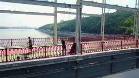 Dos puentes preparan el seguro para el salto almacen de metraje de vídeo
