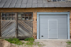 Dos puertas del garaje en casa imagen de archivo