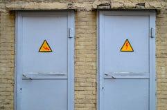 Dos puertas grises del metal fotos de archivo