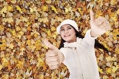 Dos pulgares para arriba en parque del otoño Fotografía de archivo libre de regalías
