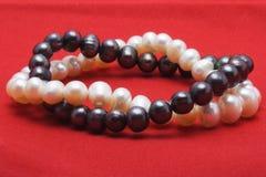 Dos pulseras de la perla Foto de archivo libre de regalías
